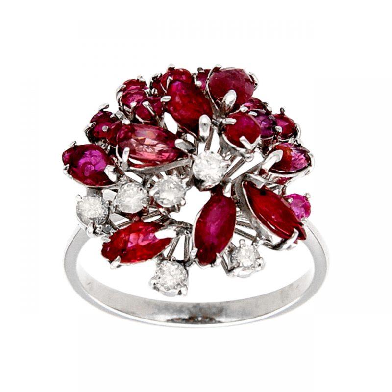 Blume-Ring aus Weißgold mit Rubinen und Diamanten 0,30 ct